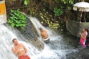 パワフルな滝