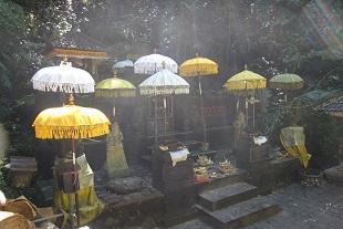 滝の側にある寺院