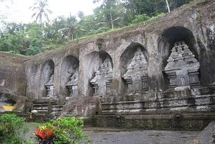 岩山に彫られた遺跡