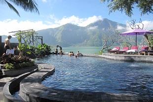 バトゥール湖畔の温泉