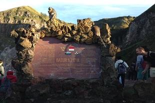 山頂1771mの記念碑