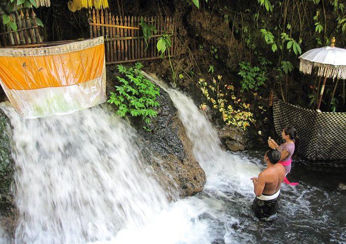 スバトゥの滝で沐浴