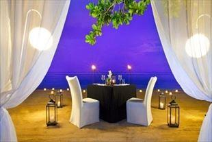 ビーチにてロマンチックディナー